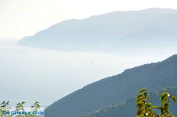 Mistig Skopelos gezien vanaf Alonissos stad   Sporaden   De Griekse Gids - Foto van De Griekse Gids
